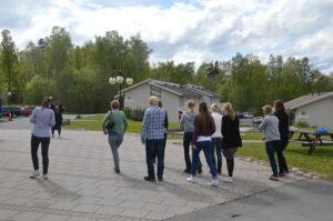 20 Deltagarna passar pa att fa solenergi och springer av sig lite under eftermiddagens paus