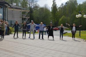 21 Deltagarna passar pa att fa solenergi och springer av sig lite under eftermiddagens paus