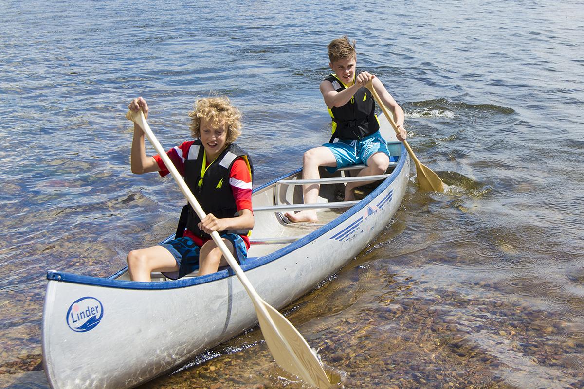 Benjamin och Adam paddlar kanot