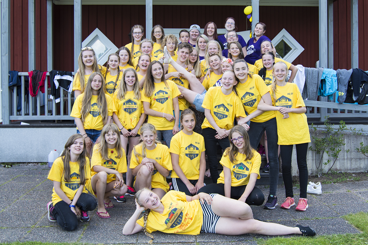 Gruppdeltagarna 13-17 år framför lägergården sommarläger 2016
