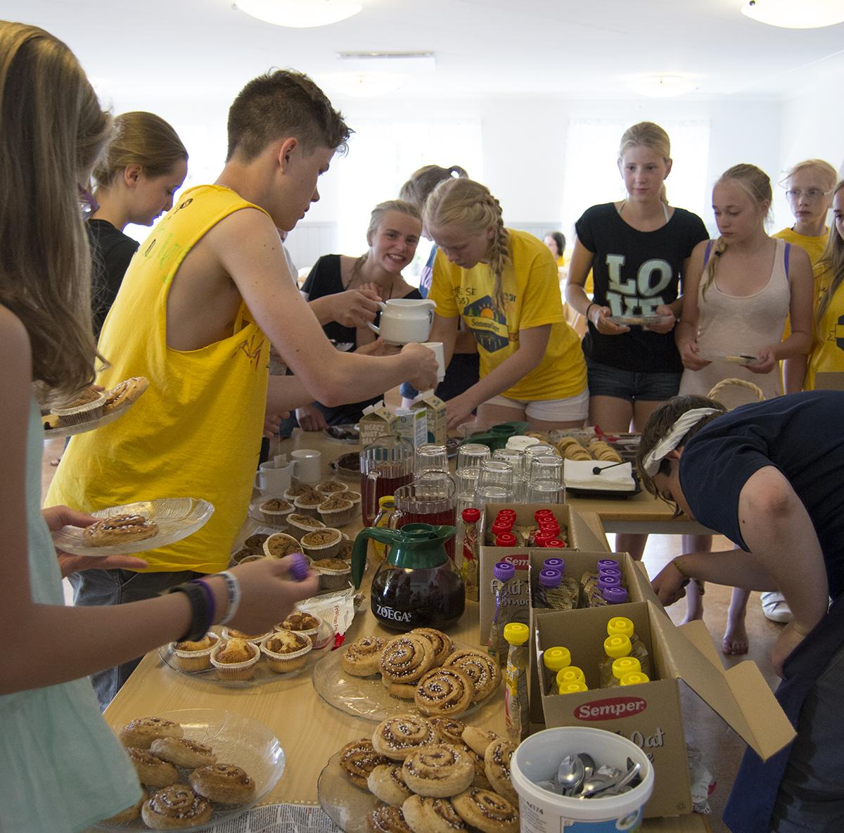 Deltagarna plockar från den glutenfria kakbuffén.