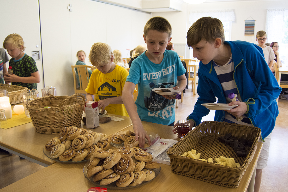 Simon och Liam plockar glutenfritt fika