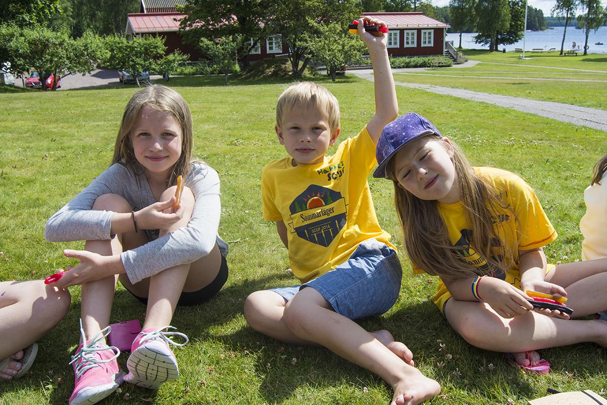 Ella, Hannes och Hedda äter godisremmar.