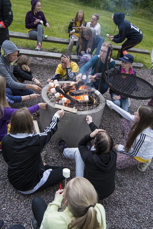 Deltagarna grillar marshmallows.
