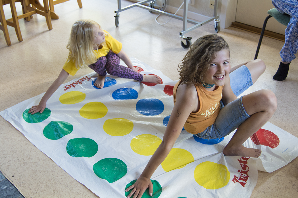Hanna spelar Twister