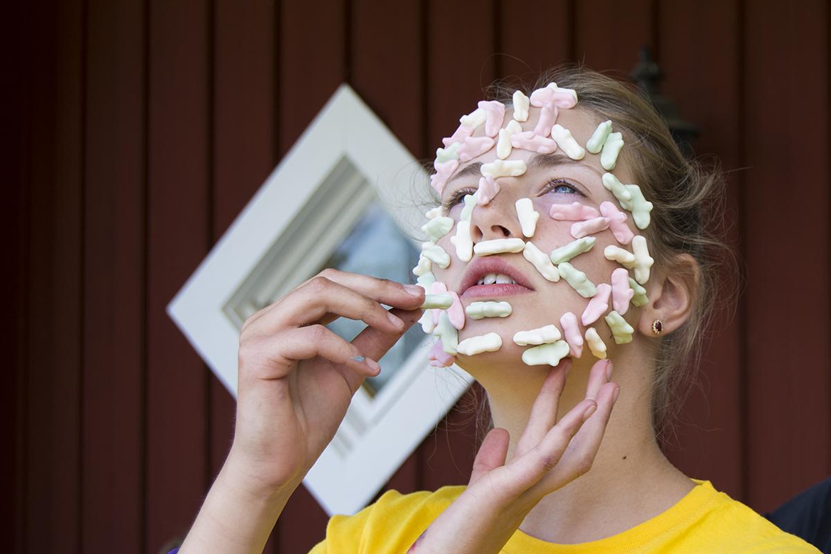 Hedda med godisbilar i ansiktet