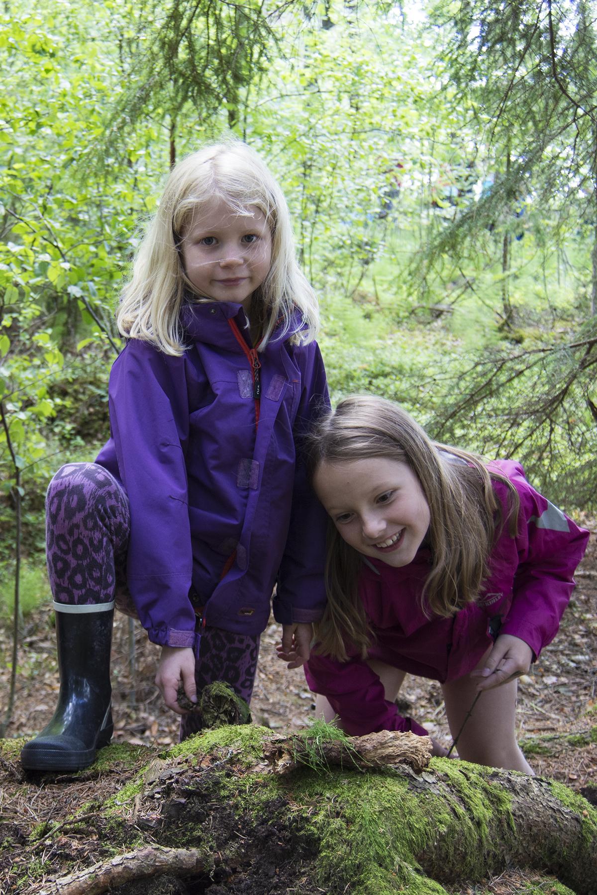 Liv och Maja i skogen