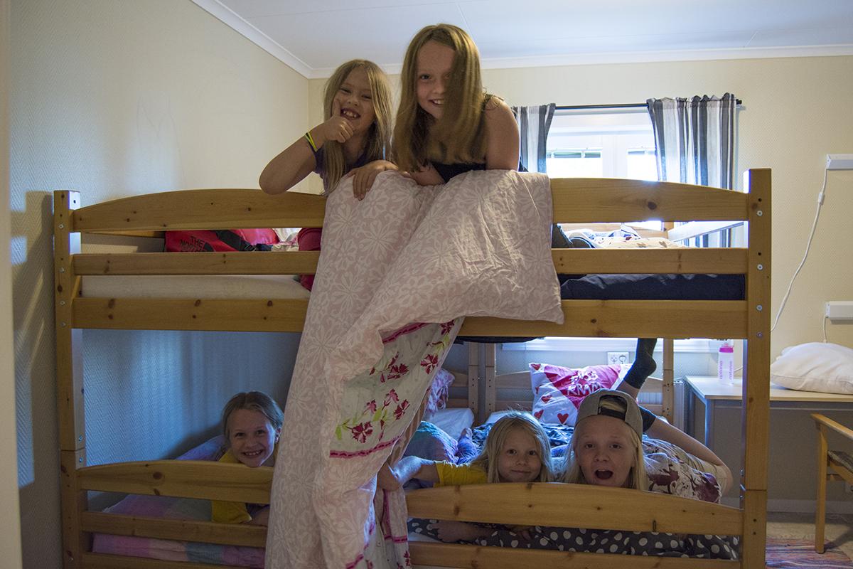 Deltagare som umgås i en sovsal