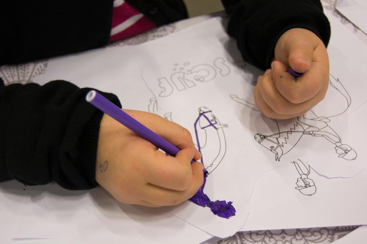 Barn färglägger en bild