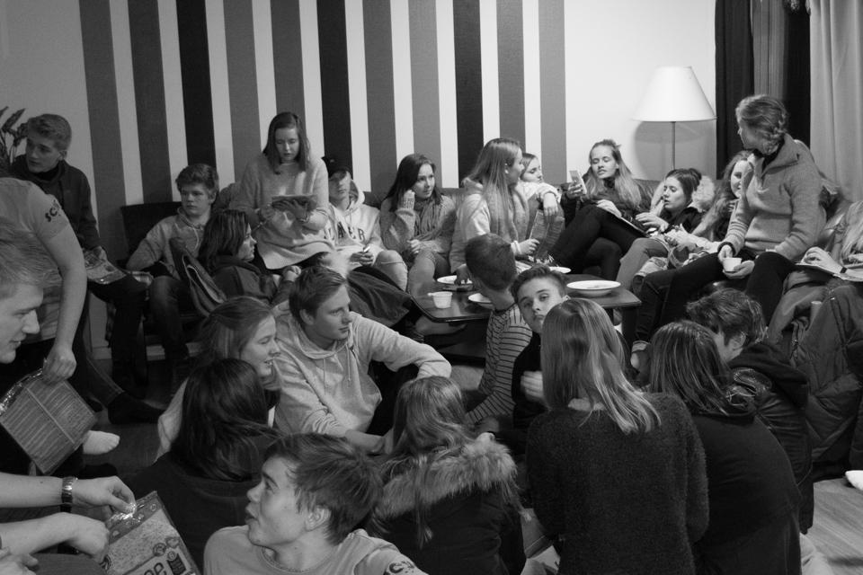 Deltagare på vinterlägret 2017 umgås i sofforna