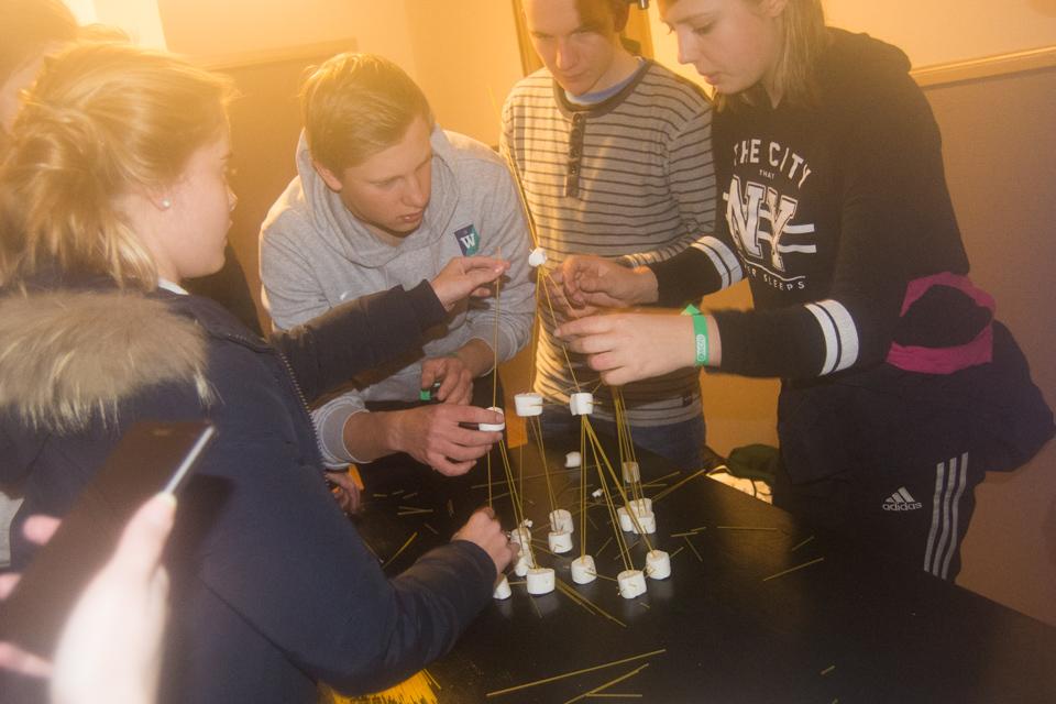 Deltagare på vinterlägret 2017 bygger med spagetti