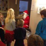 Julklappsutdelning till alla barn på julminglet i Uppsala.
