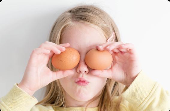Barn som håller i två ägg