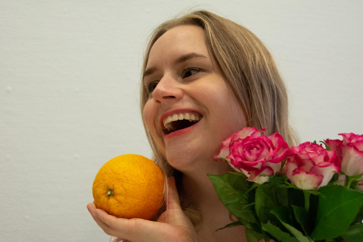 Emma håller en apelsin